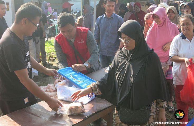 AKARPADINEWS.COM | PULUHAN warga telah memadati sebuah lokasi di dekat pintu masuk komplek Perum BTN Bambu Kuning, Bojong Gede, Kabupaten Bogor, Jum'at (10/6) lalu. Sebagian besar di antaranya adalah