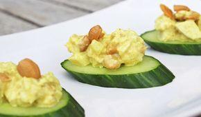 Een heerlijke recept voor een gezonde kip kerrie salade met cashewnoten en ananas. Lekker op een toastje of op een schijfje komkommer!