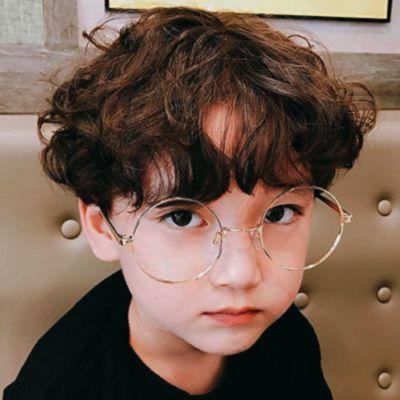 """Eu estou pirando, ou todos os garotinhos que eu vejo eu acho que são parecidos com o Suga e logo penso: """"Se Suga tivesse um filho ele seria assim!"""" ou então """"Nosso Filinho!"""" ksksk <3 Essa criança tem bochechas tão...Ahhhh"""