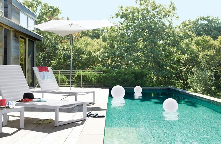 This time I want to discuss the idea of a minimalist pool decoration. For many people owning a house with a pool is a comfort in itself, but for people with a minimalist house with not too large la… Swimming Pools Backyard, Swimming Pool Designs, Pool Landscaping, Lap Pools, Indoor Pools, Pool Decks, Modern Pools, Lounge Design, Dream Pools
