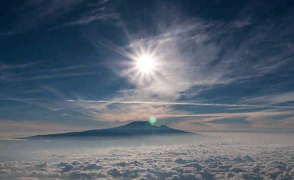A Kilimandzsáró tökéletes alapanyag a mitológiában. A helyiek  számtalan történetet mesélnek a gonosz szellemekről, titkos kincsekről, egy pigmeusról, aki a hegyekben él, alakváltó leopárdokról vagy épp hegyi gorillákról. A hegy hósipkájának eltűnését is Isten büntetésének tulajdonítják a turisták inváziója miatt.