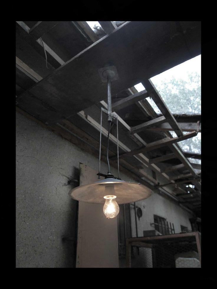 Lustr Lumen Industrial II. Lustr Lumen Industrial II. je vyroben ve stylu retoindustrial, je zhotoven z patinovaného pozinkovaného plechu, železných trubek a keramické objímky, která vám umožní použít i silnější zdroj, jako např. halogenovou žárovku, které se běžně prodávají v hodnotách, u kterých jsme byli zvyklí u klasických žárovek (vím, že klasické žárovky ...