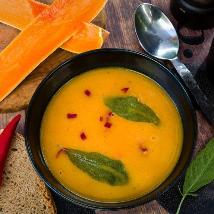 Deze pompoensoep van Jamie Oliver is makkelijk en snel te bereiden. In minder dan een uur zet je deze heerlijke soep op tafel. In dit recept van Jamie word de pompoen eerst 40 minuten geroosterd in de oven op 200 garden wat een heerlijke smaak geeft aan ...