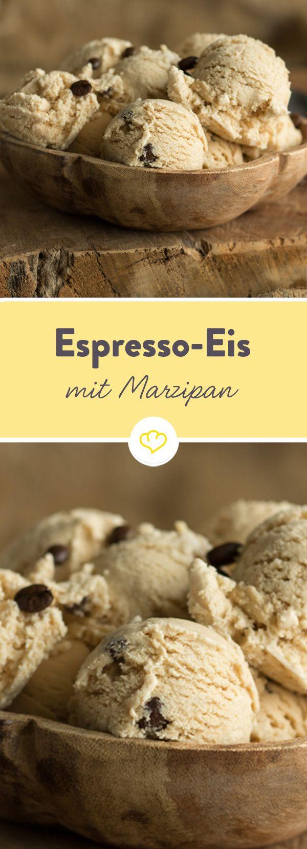 Statt Cookie-Teig macht sich hier süßer Marzipan im Eis gemütlich. Für die feine herbe Note sorgen ein wenig Espresso und Kaffeebohnen mit Schokoüberzug.