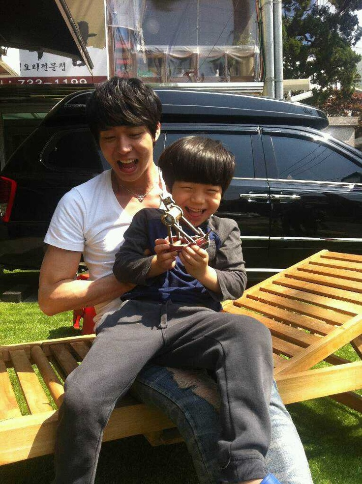 JYJ's Park Yoochun playing with a little kid >.<  Cute!!