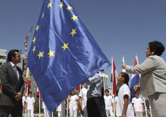 Turquía congela relaciones con la UE al asumir Chipre la presidencia : la primera presidencia chipriota de la Unión llega al pequeño país mediterráneo en medio de una profunda crisis y a punto de que sea rescatado por la zona euro / Ricardo Martínez de Rituerto | @elpais_internacional | #cyprus