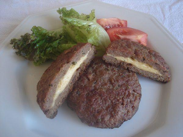 O Hambúrguer Assado Recheado é uma opção econômica e saborosa para a refeição da sua família. Faça e agrade toda a família! Veja Também:Almôndegas de Forn