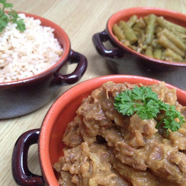 Afgelopen zaterdag had ik een feestje met vrienden en uiteraard heb ik lekker gekookt! We aten rendang met sajoerboontjes en rijst! De recepten voor de rendang en de sajoerboontjes komen komende week online! #food #diner #meat #vegetables #stew #beef #foodporn  #indonesianfood #spicy #healthyfood #bbg #bbgfood #eat #fromfattofit #meal #goodfood