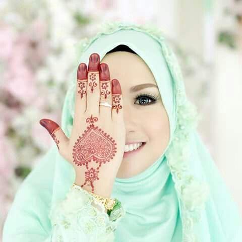 Beautifully drawn henna on a muslim bride :)