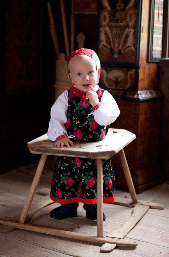 http://folklorefashion.durantextiles.com/wp-content/uploads/2011/11/Copyright-Laila-Duran-93.jpg
