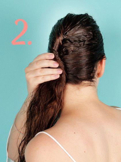 Wenn ihr die obere Hälfte eingedreht habt, nehmt ihr die übrigen, offenen Haare mit dazu und dreht auch sie ein.