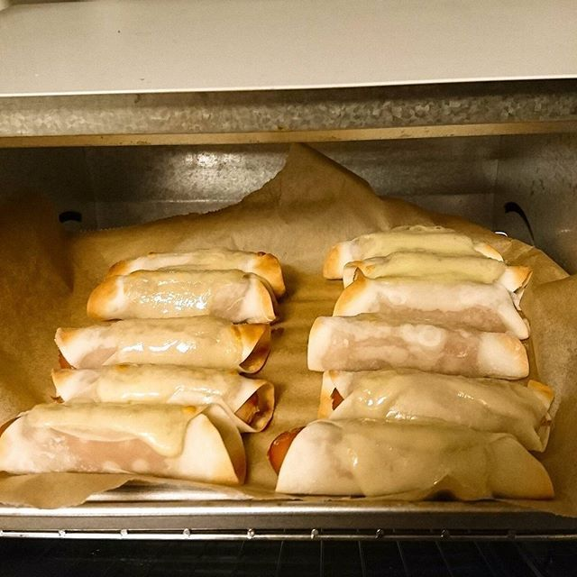 ソーセージの餃子皮巻きを、作ってみた。  チーズをのせてオーブンへ。  とろりとしたチーズに醤油をたらし、頂く。  美味しくないワケがない。  実は、昨日の夕食。  帰宅が遅い毎日。  1億円あっても、時間は1秒も買えないのに。  強く実感する日々。  #ソーセージ#餃子#お肉#肉#中華#料理#料理男子#夕食#メニュー#手作り#男子#アレンジ#美味#美味しい#meat#meat🍖#china#cook#dinner#delicious#insta#instagood#instafood#instagram#following#follow#me#followme