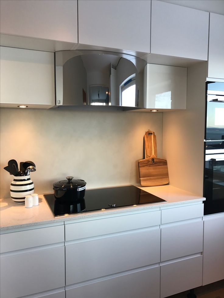 Kitchen ventilator: Orion from Røroshetta, in high polished steel. Kitchen cabinets from JKE Design. Kahler vase and cutting board from Søstrene Grene.