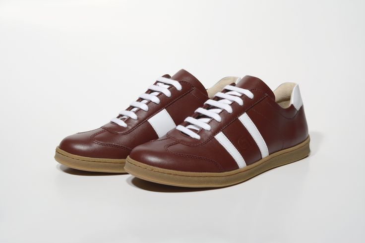 Legújabb G&T cipőnk a 2017-es év tavaszi kollekciónk egy újabb klasszikus színnel bővült. A kissé barnás árnyalatú vörös nappa bőr, fehér dísz csíkokkal, méz talppal összetéveszthetetlen retro stílusú cipőt eredményez. Különleges megjelenés, elegáns külső, prémium minőségű anyagokból. Haránt-emelős talpbetét, valódi bőr béléssel rendkívül tartós és kényelmes viselet.