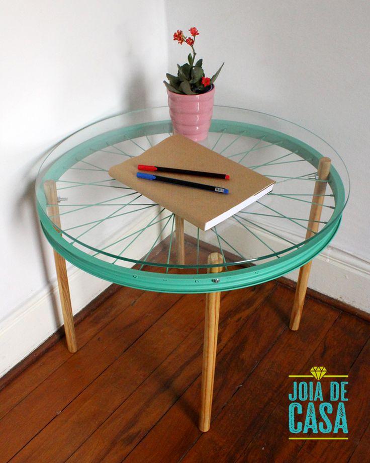 Mesa feita com roda de bicicleta e cabos de vassoura.