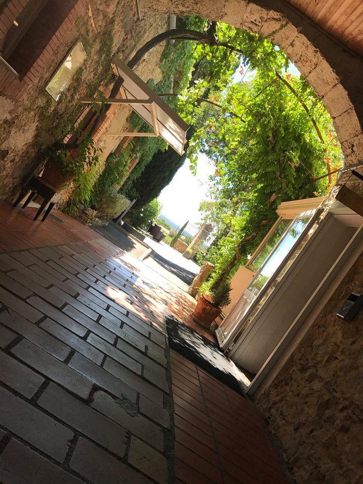 L'entrée qui mène à l'Hôtel, au Restaurant, au Jardin...