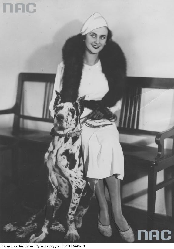 Miss Europa Tatiana Masłowa z psem w warszawskim oddziale Ilustrowanego Kuriera Codziennego, 1933