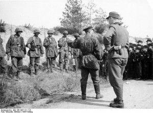 """12. Dywizja Pancerna SS """"Hitlerjugend"""" w Belgii, po prawej widoczni mali chłopcy służący w niemieckiej dywizji pancernej, wiosna 1944 r."""