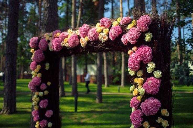 Так просто и так красиво. Арка для выездной церемонии из лозы и цветов.#свадьбаподключ#иринасоколянская #выезднаяцеремония #арка #свадебныйраспорядитель #свадебныйкоординатор #свадьбавмоскве