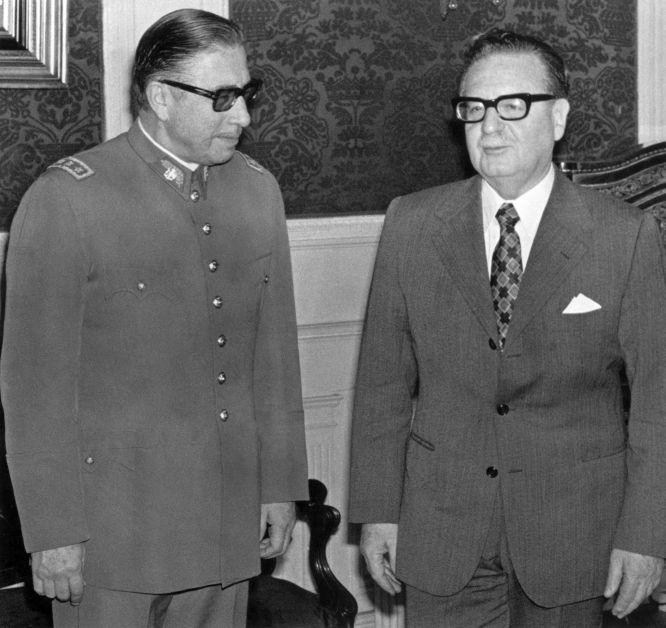 l general Augusto Pinochet (i) posa con el presidente chileno Salvador Allende el 23 de agosto 1973 en Santiago, poco después de que Allende le nombrara jefe del Ejército y acuando apenas faltaban tres semanas para que se produjera el golpe de Estado que derrocó a Allende.