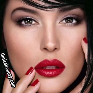 Rossetto per pelle olivastra || E' un colore di pelle tipico delle donne mediterranee.   La sua base è leggermente scura e tende ad abbronzarsi velocemente.  I colori consigliati in questo caso sono le tonalità scure di rosa, rosso e arancione o, al limite anche lampone