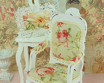 Maison de poupée Accent chaise bois blanc minable en détresse rembourrés chou Rose sur crème assortis Accent oreiller