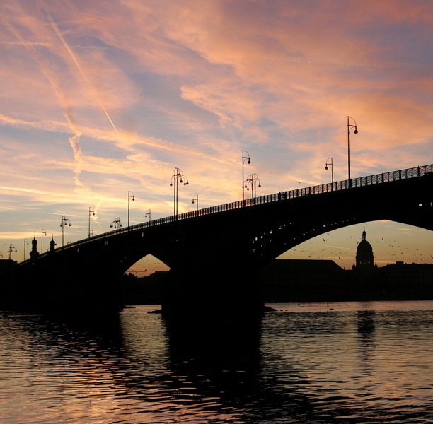 Mainz bei Sonnenuntergang  I saw this bridge being rebuilt. They rarely closed it to traffic during the renovation. Lovely photo,