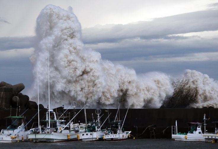 Gelombang laut menabrak pembatas air di pelabuhan kota Kihou, Jepang tengah.