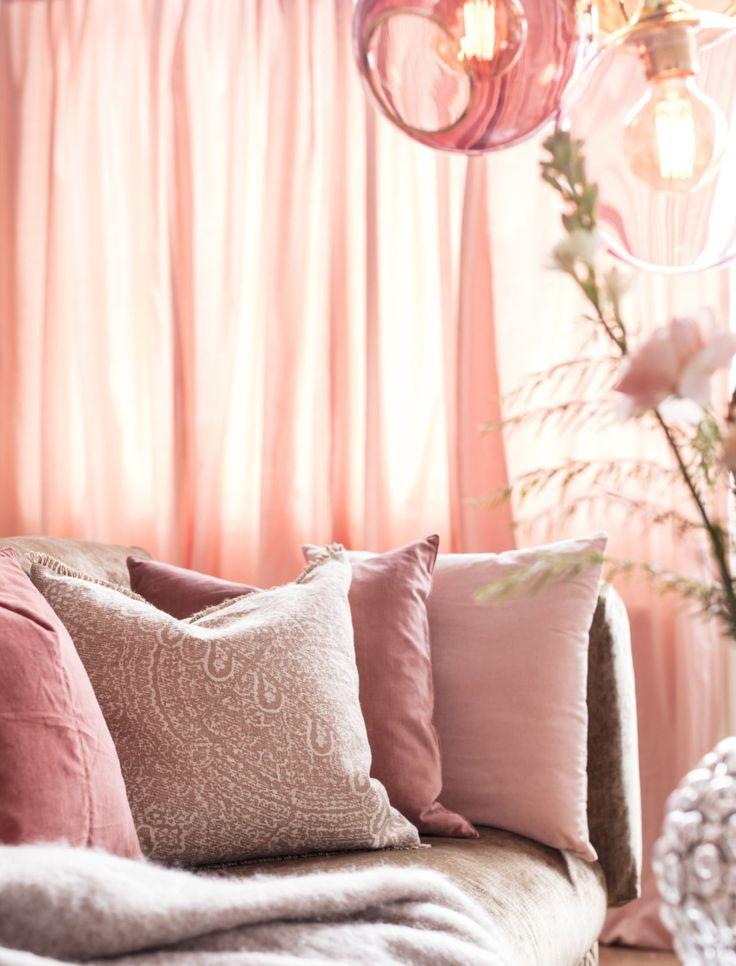 Пример, как можно добавить романтики и роскоши в вашу гостиную, что будет хорошо сочетаться с весенним настроением. Все, что для этого нужно: цветочные обои, мебель и аксессуары из бархата и шелка, а также украшения в виде растений и цветов. #светильники #дизайнинтерьера#illuminator #освещение #дизайн  #дом #lighting #illumination  #интерьер  #design#interior#loft#decor #spring