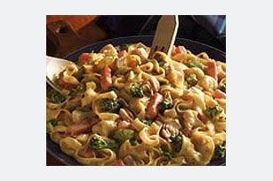 VELVEETA® Tuna & Noodles recipe  3 cups  (6 oz.) medium egg noodles, uncooked 1/2 lb.  (8 oz.) VELVEETA®, cut up 1 pkg.  (16 oz.) frozen vegetable blend, thawed, drained 1 can  (6 oz.) tuna, drained, flaked 1/4 tsp.  black pepper