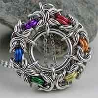 Inspiring Jewelry Designs: Chainmaille Pendants - Design by CreationsbyUli