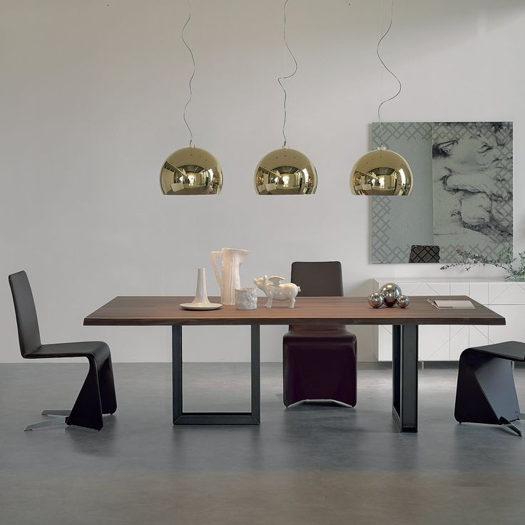 Tavolo con gambe in ferro e piano in legno massello Sigma. Notare le gambe perpendicolari fra loro.
