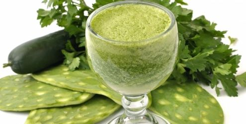 c/ maçã: ·1 a 2 punhados de verduras frescas, como espinafre, acelga e salsa ·1 pepino médio com casca ·2 talos de aipo ·1 a 2 col. (chá) de gengibre ·1 maçã azeda média com casca ·suco de limão ou de lima MF: Tire os talos da acelga para evitar que o suco fique apimentado.  c/ frutas: ·3 a 4 copos de acelga, espinafre e alface ·1 banana congelada e fatiada ·2 copos de frutas vermelhas ·1 dente de alho sem pele MF: Tire os talos da acelga