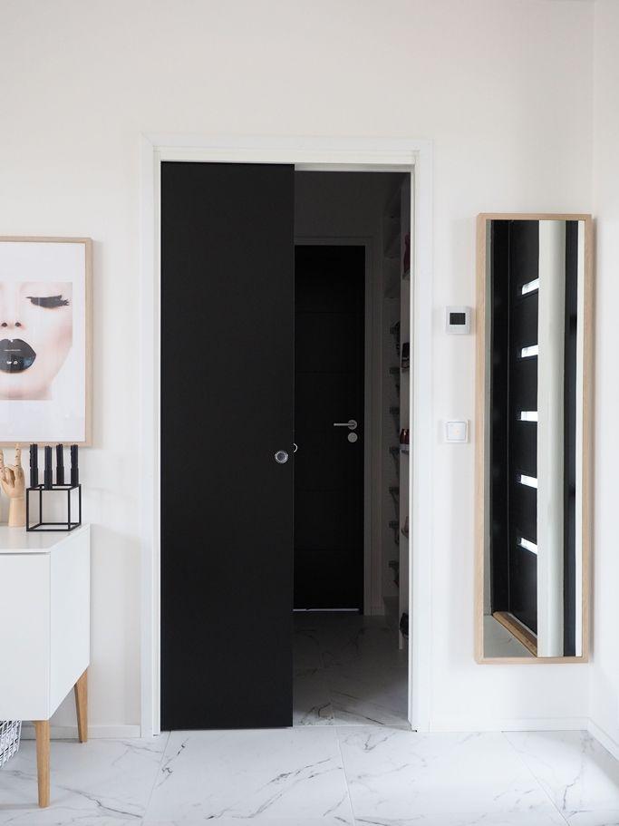JELD-WENin seinän sisään liukuva liukuovi Steady 411 Slide musta ja vaalea seinä http://www.jeld-wen.fi/ovet/sisaovet/sisaovivalikoima/tuotesivu/?productId=3481