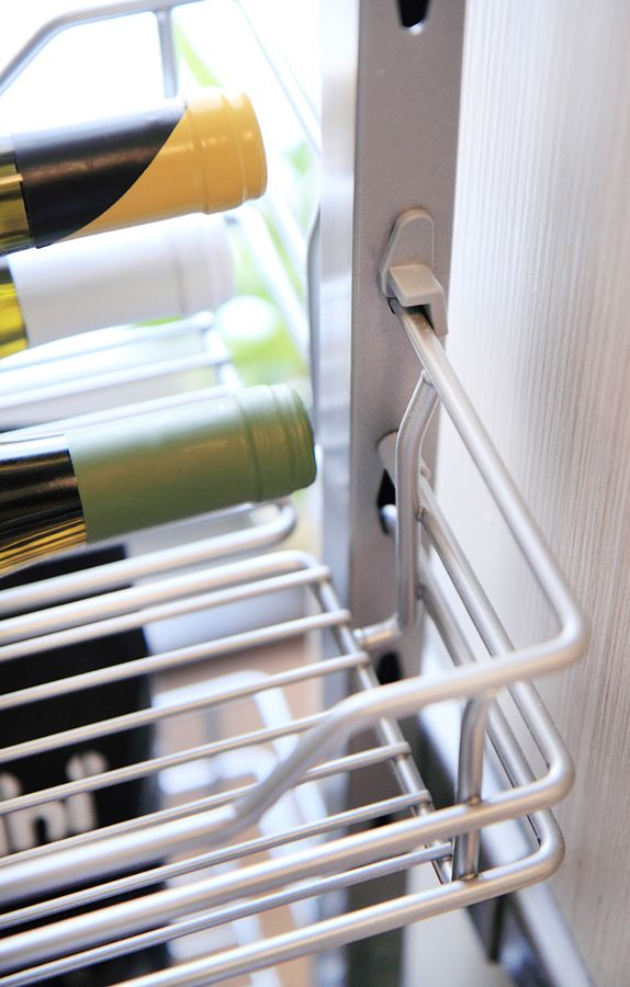 Delikatne zestawienie akrylu w kolorze kremowym z bielonym dębowym frontem Wiech budzi przyjemne odczucie komfortu i subtelnej elegancji. Dodatkowej głębi nadaje szklana niebieska ściana zabezpieczona panelami Lacobel. Wszystko dopełnia blat Pfleiderer. Uchwyty Zobal, zlew Franke, okap Falmec, AGD Bosch. www.meblemerda.pl