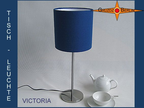 Hier sehen Sie Tischleuchte VICTORIA im Ø 20 cm Format. Royales Blau, Bourette-Seide. Diese zwei Wörter sagen schon alles aus. Einfach königlich.
