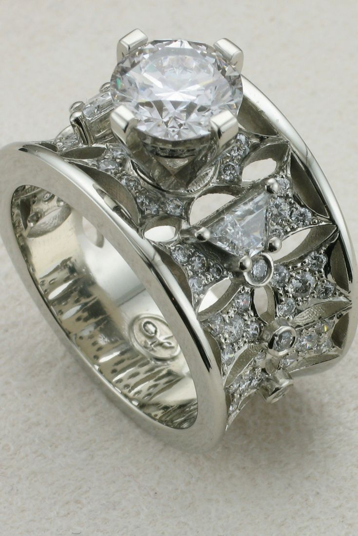A stunning engagement and wedding band in one designed Diamond ring and platinum. Beautiful SLVH ♥♥♥♥
