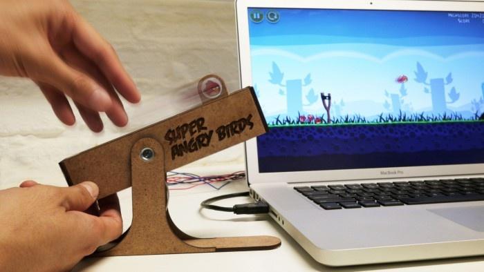 Une iversion des rôles vraiment divertissante! Alors que sur votre smartphone vous avez l'habitude de glisser du doigt, ici vous prendrez l'habitude d'utiliser une véritable catapulte avec ce contrôleur physique Super Angry Birds. C'est tout bête mais plutôt bien fait. Le contrôleur principal est un actionneur linéaire motorisé qui est...