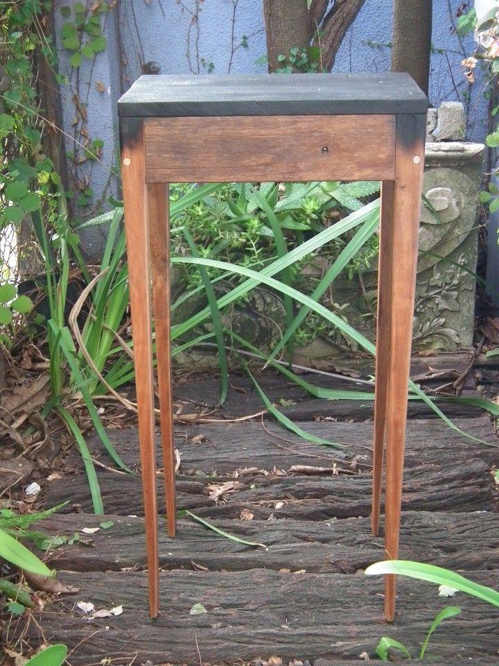 Maesita   MercadoLimbo.com  Utilice madera dura recuperada de deck y remanentes de anchico de una mesada. La tapa, se le realizo un proceso de quemado superficial el cual proteje la madera y realza la veta de la misma.  Una mesita que acompaña bien en todo espacio.