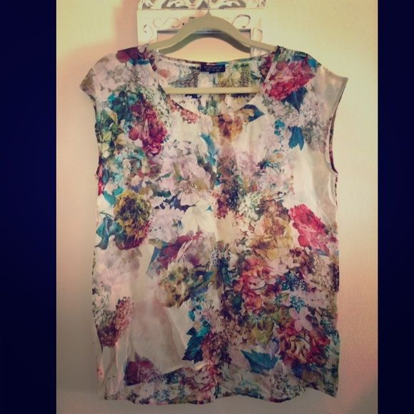 Top shop floral top! NWOT. Beautiful piece, from original Montreal store location, comfortable and amazing quality! Topshop Tops