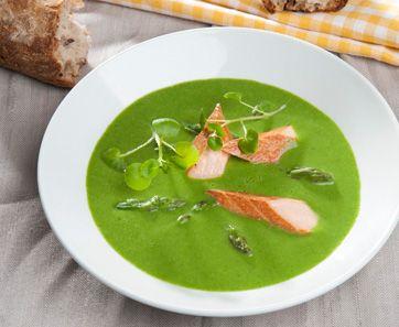 Aspargessuppe med spinat og røget laks Kalorielet suppe med masser af næring! Nem suppe opskrift med asparges, creme fine og røget laks.  Denne opskrift kommer fra Slankedoktor.dk.