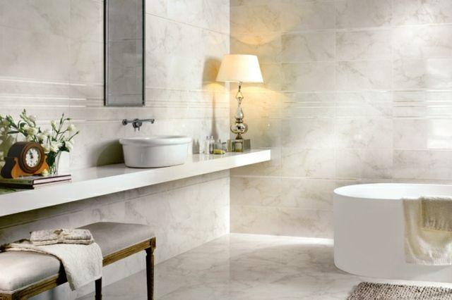 carrelage de salle de bains aspect marbre blanc et un sanitaire blanc