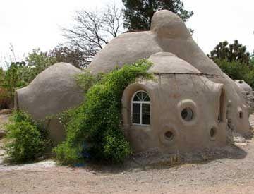 Maison en sacs de terre de 50m2 pour 8700 € construite à 3 en 8 jours - décroissance
