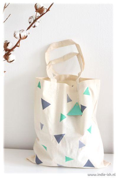 Handbedruckter Jutebeutel mit Dreiecken // Handprinted tote bag with triangles by Indie-ish via DaWanda.com