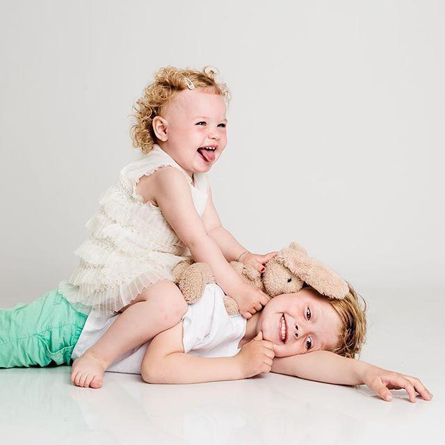 BARNEFOTO 🌸 Det går litt vilt for seg i studio til tider men fy søren så gøy vi har det 😅 #lovemyjob #barnefoto #studiofotografering #love #søskenkjærlighet #fotograf #momentstudio