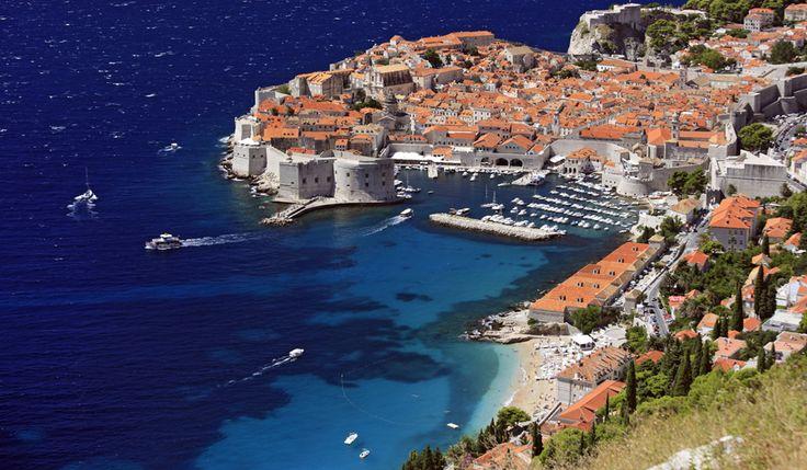 """Dubrovnik, Kroatien:Staden som ligger precis vid Medelhavets glittrande vågor är med sin blandning av charmiga restauranger, lyxiga barer, små stränder och renässans-arkitektur, perfekt för romantiska resor. Du kan ta en promenad utmed stadens medeltida mur och utöver att spana ut mot havet och njuta av den vackra arkitekturen kan du även upptäcka inspelningsplatser som använts i HBO-serien """"Game of Thrones"""". Från Dubrovnik är det lätt att ta båtturer ut till små öar och du kan enkelt vidga…"""