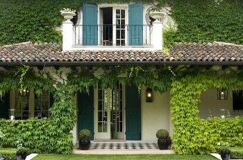 красивый дом с красивым двором