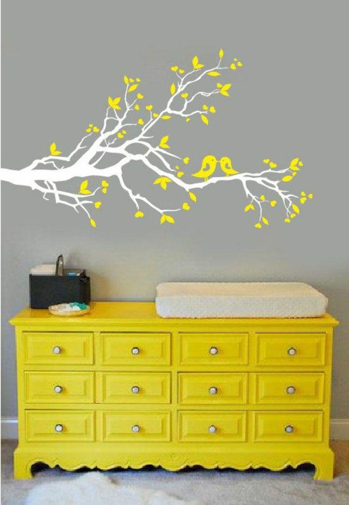 idée déco chambre avec stickers muraux en forme d'arbre