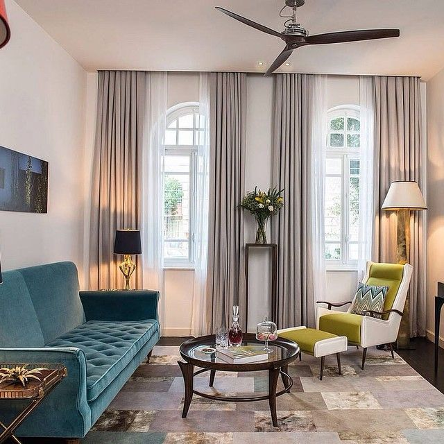 Fint vardagsrum med soffa och fåtölj i klassisk design