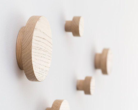 Eingangsbereich Kleiderhaken, 3er-set Eine schöne und nützliche Ergänzung zu Ihnen nach Hause. Moderne und saubere Optik. Perfekt für kleine Räume. Ideal zum Aufhängen von Jacken, Hüte, Taschen und vieles mehr. INFORMATIONEN • Satz von 3 Haken: Ø 5, 4, 2 • aus Eiche gefertigt • Abmessungen: Ø 5/ 12,7 cm, 4/ 10,2 cm, 2/ 5 cm 1.5/ 3,6 cm von der Wand an der Vorderseite des Bügels • Abschluss: satin Lack • kommt mit Dübel und Schrauben * • gemacht auf Bestellung, Lieferzeit...
